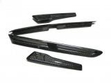 Karbonové držáky znaků a průduchy na blatnících Weightless Nissan GT-R R35 (14-)